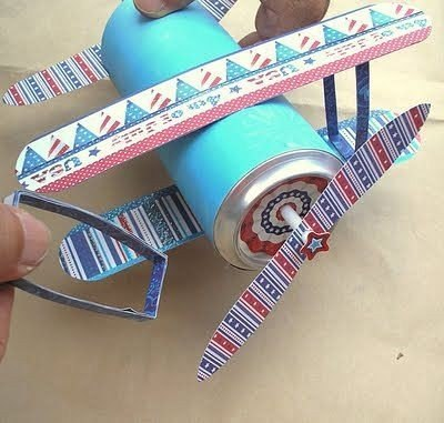 avion de papel con una lata de refresco (2)
