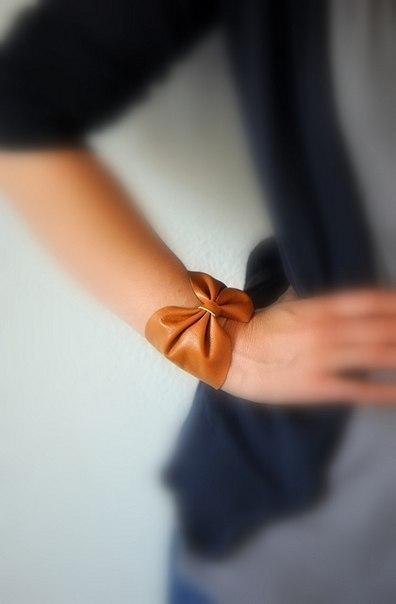 Como hacer una pulsera con cuero facil (1)