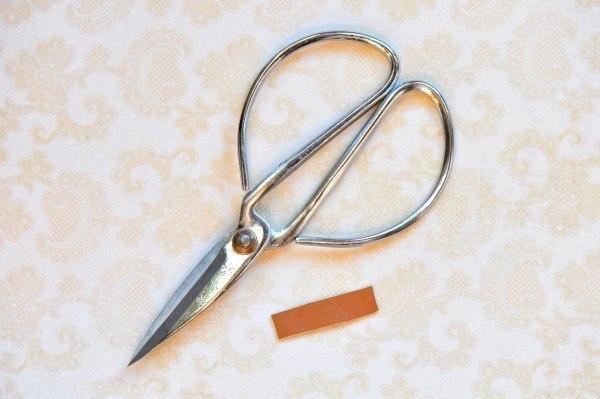 Como hacer una pulsera con cuero facil (5)
