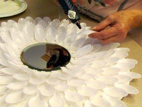Decorar un espejo redondo con cucharas recicladas (3)
