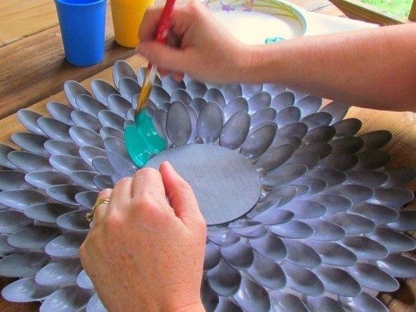 Decorar un espejo redondo con cucharas recicladas (4)