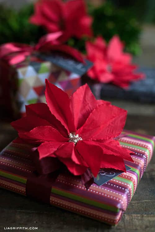 Como hacer flores de noche buena con servilletas de papel02