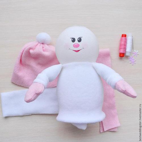 Como hacer un muñeco de nueve co botellas de plastico02