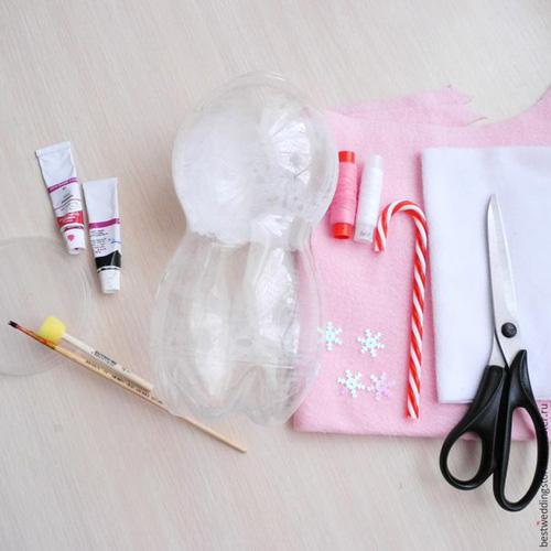 Como hacer un muñeco de nueve co botellas de plastico07