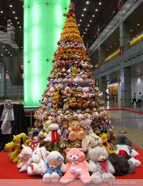Ideas para decorar arbol navide o con peluches - Decoracion arbol navideno ...