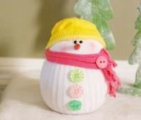 Como hacer un muñeco de nieve con calcetines reciclados