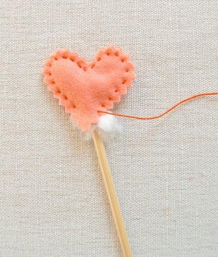Como hacer corazones de fieltro paso a paso06