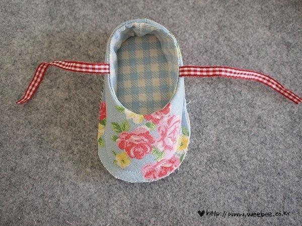 Como hacer zapatitos de tela para bebes05
