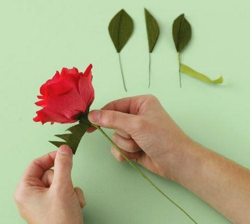 Como hacer un ramo de rosas de papel crepe04