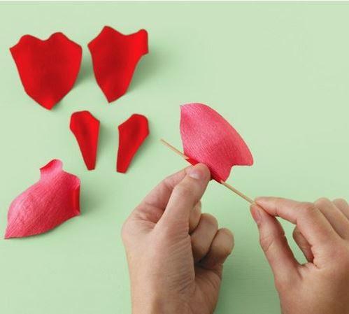 Como hacer un ramo de rosas de papel crepe05