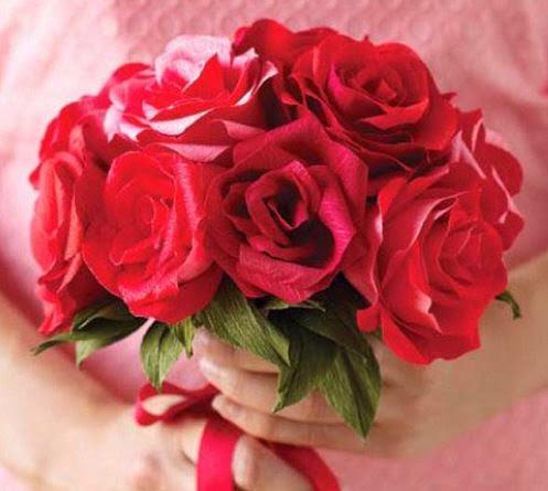 Como hacer un ramo de rosas de papel crepe06