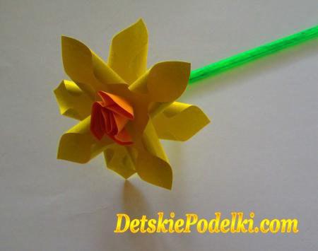 Como hacer un ramo de narcisos de papel01