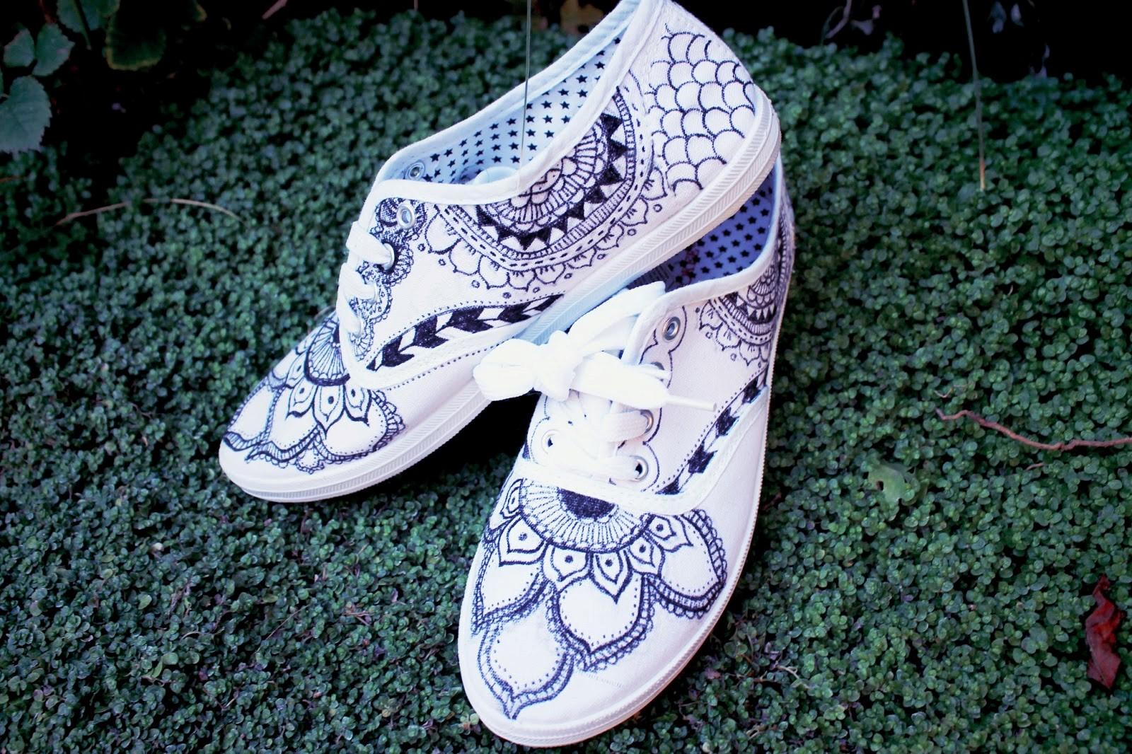 Maneras de decorar tus zapatillas de lona for Decoracion de unas converse