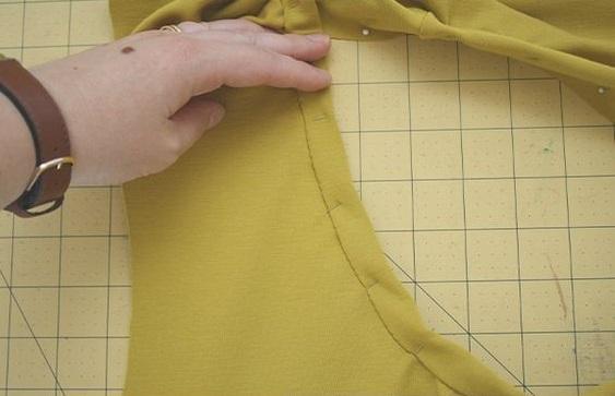 como-coser-el-cuello-en-una-camiseta7