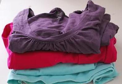 como-transformar-viejas-camisetas-en-una-alfombra1