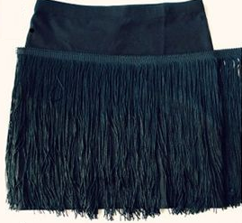 como-transformar-una-falda-lisa-en-una-con-flecos-sin-costuras4