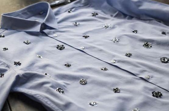 como-renovar-una-camisa-unicolor8