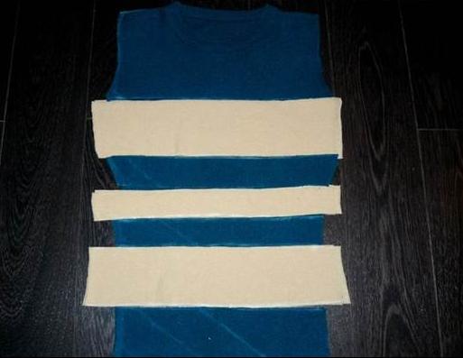 Como hacer un vestido ajustado con un par de camisetas5