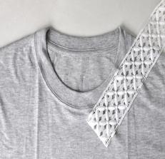 Como renovar camisetas con cuellos de encaje3