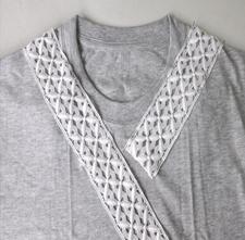 Como renovar camisetas con cuellos de encaje5