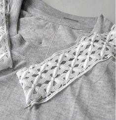 Como renovar camisetas con cuellos de encaje6