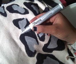 Como renovar bolsos de tela con marcadores permanentes3