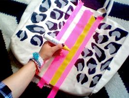 Como renovar bolsos de tela con marcadores permanentes4