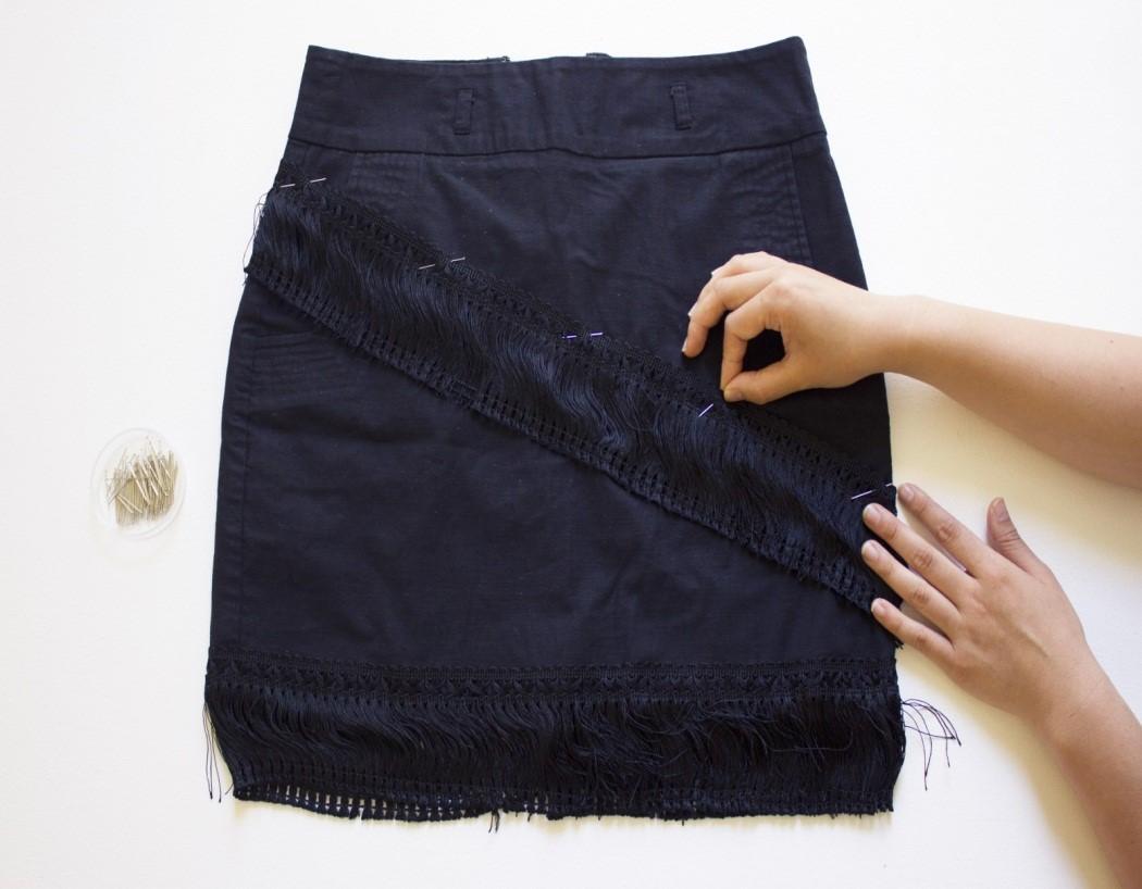 Como renovar faldas lisas con textura asimetrica de flecos6