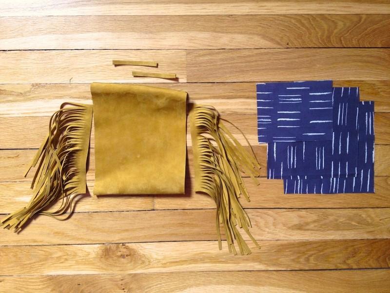 Como hacer un mini bolso de flecos con cuero reciclado10