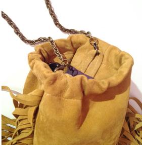 Como hacer un mini bolso de flecos con cuero reciclado15
