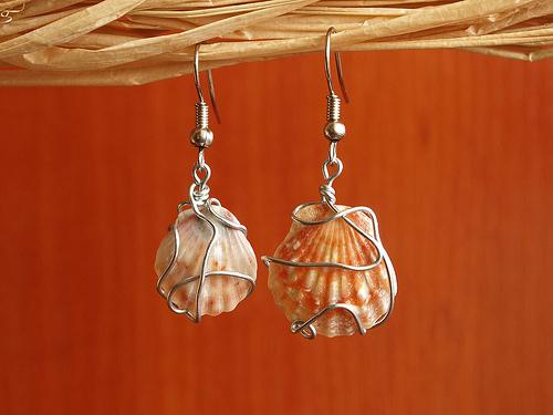 Pendientes hechos con conchas naturales y alambre