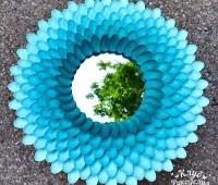 Decorar un espejo redondo con cucharas recicladas