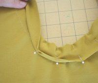 Cómo coser el cuello en una camiseta
