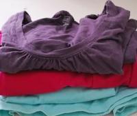 Como transformar viejas camisetas en una alfombra